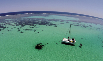 Segelkatamaran am Ningaloo Reef