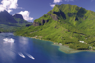 MS Paul Gauguin vor Moorea (c) Christian Durocher