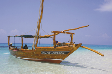 Traditionelle Dhow am Strand von Zanzibar