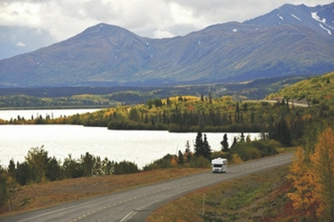 Camper auf der Haines Road am Dezadeash Lake © Government of Yukon