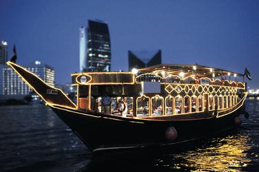 Dhow Restaurant-Boot auf dem Dubai Creek