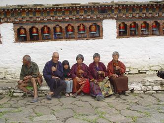 Bhutanesen vor einem Thempel