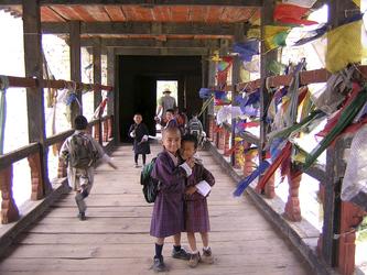 Schulkinder auf der Paro Dzong Holzbrücke