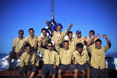 Die Crew des Segelschiffes Ombak Putih