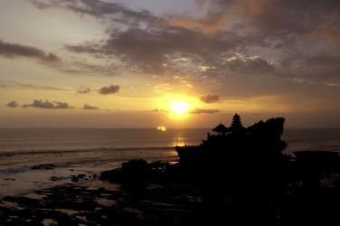 Tanah Lot Tempel bei Sonnenuntergang