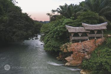 Hütten am Fluss