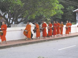 Mönche beim Almosengang