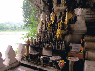 Buddhas in den Pak Ou Caves