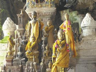 Buddha Figuren in den Pak Ou Höhlen