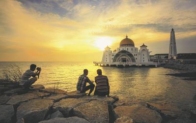 Menschen an der Melaka-Moschee