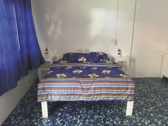 Schlafzimmer des Gästehauses im Dorf Telok Melano