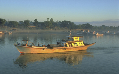 Flussschiff in Burma