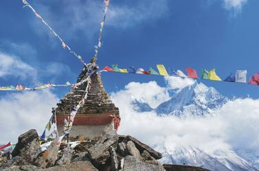 Buddhistischer Tempel mit Gebetsfahnen