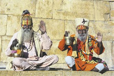 Zwei hinduistische Sadhus auf dem Ghat