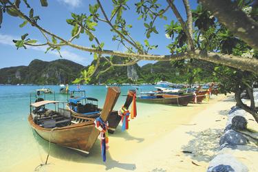 Longtailboote am Strand der Phi Phi Insel bei Krabi