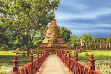 Brücke zum Wat Sa Si Tempel im Sukhothai Geschichtspark