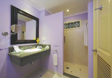 Badezimmer, Deluxe Zimmer mit Gartenblick