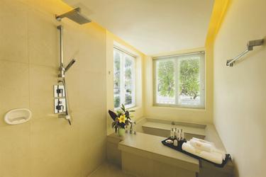 Badezimmer in der Mandarine Suite