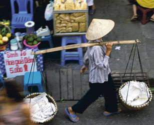 Straßenverkäuferin in Saigon