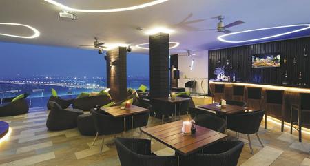 Bar mit Ausblick über den Saigon River
