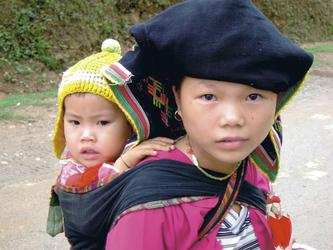 Junge Vietnamesin mit Kind