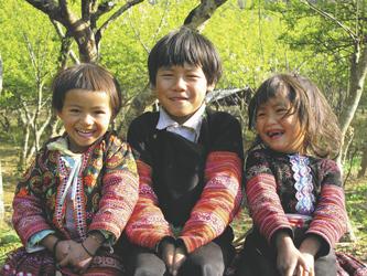Kinder vom Stamm der Red Dzao in Sapa