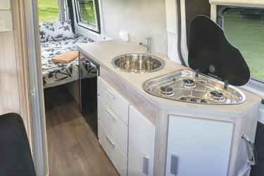 Küche mit Herd, Spüle und Kühlschrank