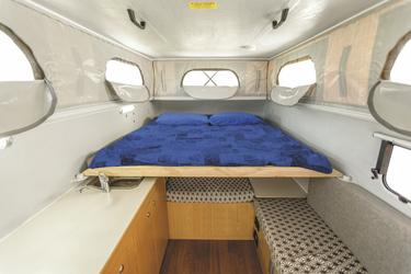 Wohnkabine mit Hubdach und großem Doppelbett