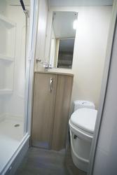 Toilettenraum mit Dusche