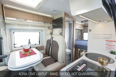 Esstisch und Küche im Fiat