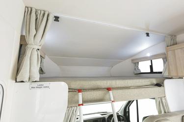 Bett über der Fahrerkabine