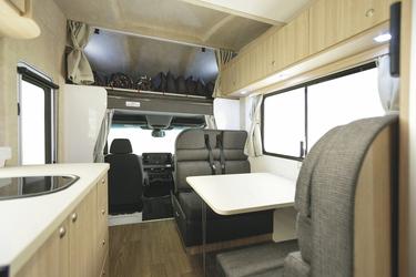 Mittelsitzgruppe und Bett über der Fahrerkabine