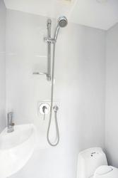 Nasszelle mit Dusche und Toilette