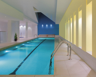 Indoor Pool im Health Club