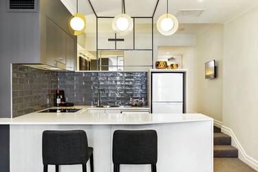 Küche mit Theke in einem Studio, ©Lee Lucas