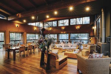 Lounge und Kamin im Gunyah Restaurant