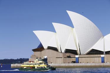 Fähre im Hafen von Sydney mit Opernhaus