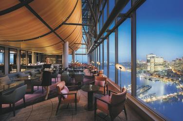 Restaurant mit Hafenblick