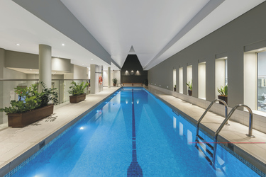 Indoor Pool im Health Club