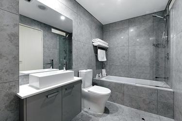 Badezimmer teilweise mit Wanne