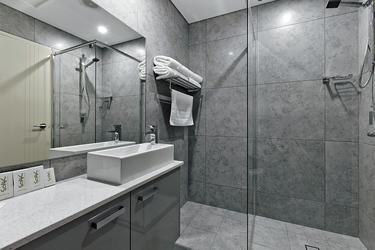 Badezimmer teilweise mit Walk-in Dusche