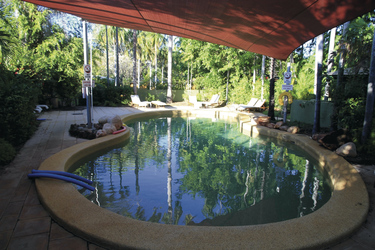 Zweiter Pool mit Sonnensegel und Liegen