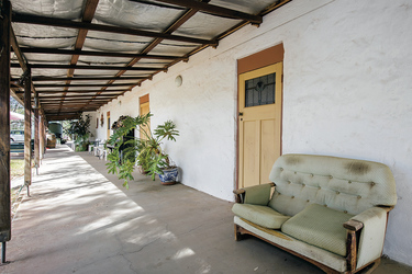 Haupthaus der Lodge mit Rezeption, Restaurant und Bar, ©Shaana McNaught   2015