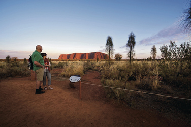 Am Uluru (Ayers Rock) ©Tourism NT