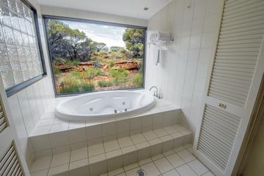 Badewanne mit Aussicht im Deluxe-Zimmer