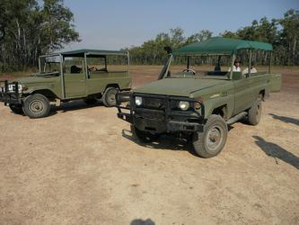 Safari-Fahrzeuge an der Landepiste