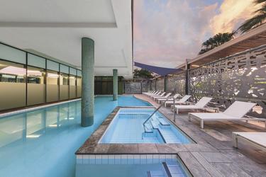 Pool mit Deck und Liegen