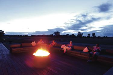 Lagerfeuer vor der Hauptlodge am Abend