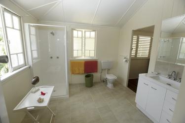 Bad mit Dusche/WC im Obergeschoss