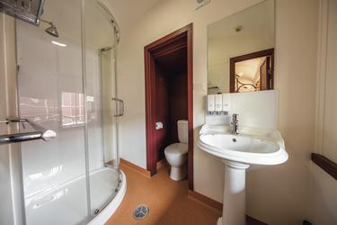 Dusche/WC im Eisenbahn-Abteil